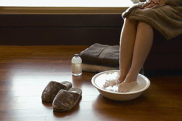 тетя мыла ноги в тазике